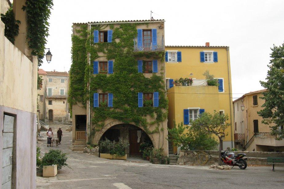 Située entre Calvi et L'Île Rousse, la région de la Balagne regorge de petits villages perchés dans les collines, comme ici à Montemaggiore, qui domine toute la vallée. | 1 mars 2011
