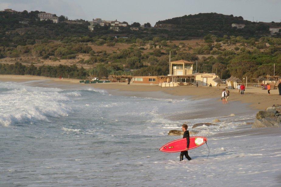 Quand la mer se déchaîne, elle peut être dangeureuse. Des jeunes intrépides s'essaient quand même au surf. Mais celui-ci, sur la plage d'Algajola, entre Calvi et L'Île Rousse, n'est jamais parvenu à prendre le large, tant l'eau était inhospitalière. Ce jour-là, deux touristes se sont noyés sur le littoral corse. | 1 mars 2011