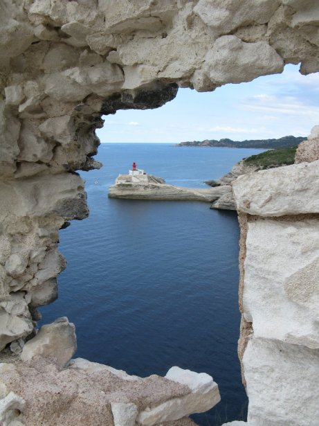Le phare de la Madonnetta vu des fortifications de la citadelle de Bonifacio. | 1 mars 2011
