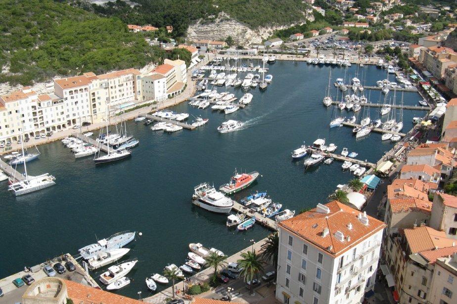 Au bout d'un fjord de 1600 mètres se trouve le port de plaisance de Bonifacio bordé par des quais agréables et d'où partent les bateaux pour des visites en mer et notamment celle des îles Lavezzi. | 1 mars 2011