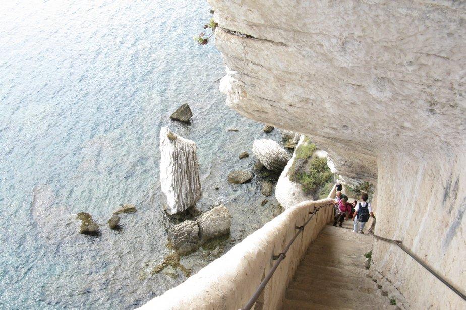 L'escalier du Roi d'Aragon situé au pied du Castelletto est une des attractions de Bonifacio. Les 187 marches menant vers la mer sont très abruptes et il faut les remonter... | 1 mars 2011