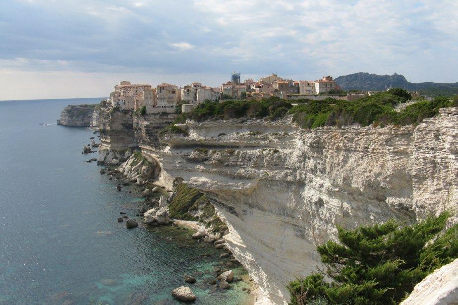 Fondée au IXe siècle, la vieille ville de Bonifacio est perchée sur des falaises de craie d'une soixantaine de mètres, face à la Sardaigne. | 1 mars 2011