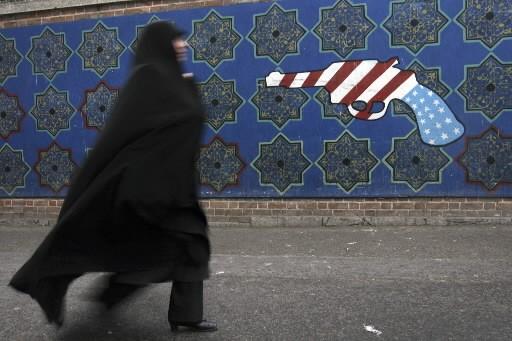 Une femme passe devant une murale anti-Américaine sur... (Photo: AP)