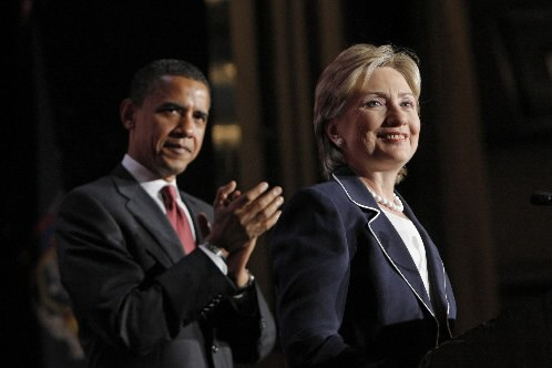 Hillary Clinton se tient devant Barack Obama... (Photo: AP)