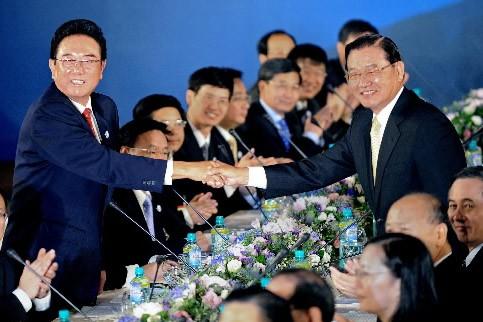 Le négociateur en chef chinois Chen Yunlin et... (Photo: AFP)