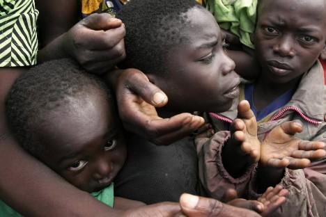 Des enfants réclament de la nourriture dans un... (Photo: AP)