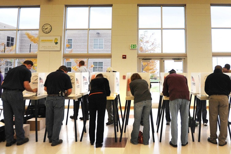 De nombreux électeurs se sont rendus voter dans... (Photo: AP)