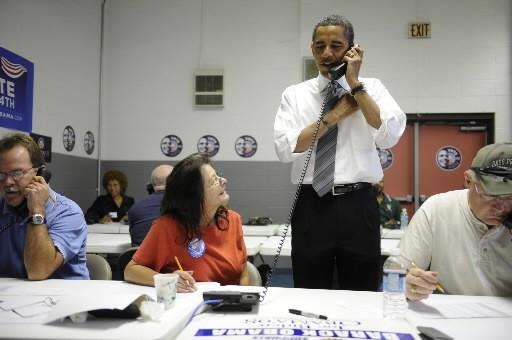 Barack Obama aide des volontaires à Indianapolis en... (Photo: AFP)