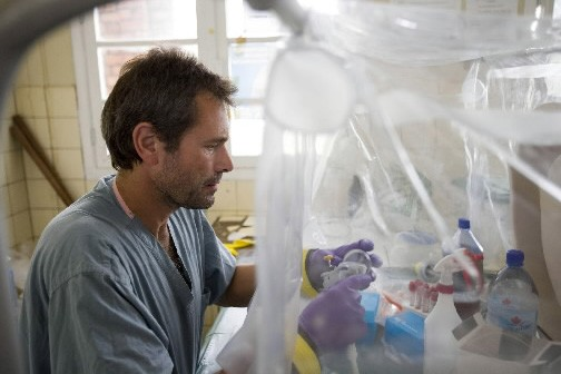 Le chercheur Heinz Feldmann travaille dans la laboratoire... (Photo: PC)