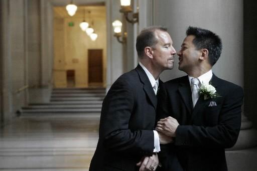 Un couple gai pose après leur mariage à... (Photo: Reuters)
