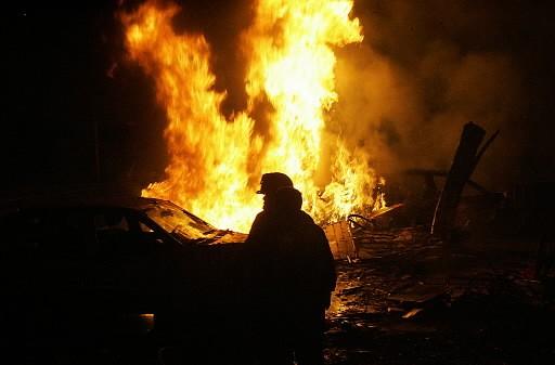 Un pompier mexicain combat les flammes.... (Photo: AFP)