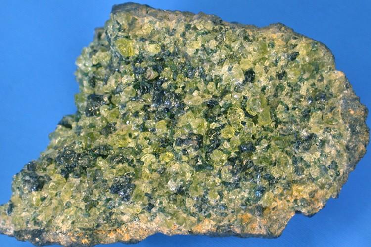 La péridotite est principalement composée d'olivine, qui lui...