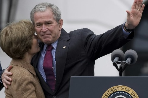 George et Laura Bush... (Phot: AFP)