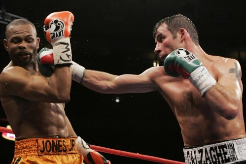 Le boxeur gallois Joe Calzaghe a conservé son invincibilité en... (Photo: AP)