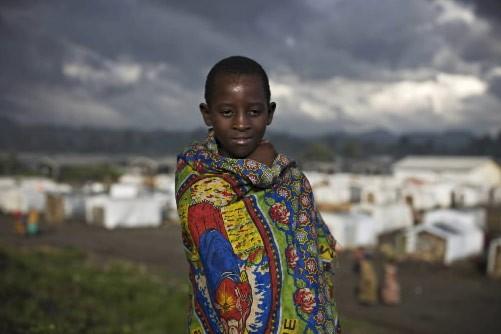 Cette fillette se tient devant un camp de... (Photo: Reuters)