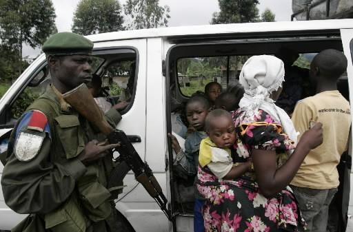 Ce soldat congolais vérifie les passagers de cette... (Photo: AP)