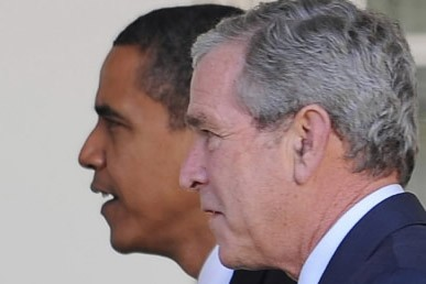 Barack Obama et George W. Bush... (Photo: AFP)