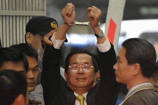 Chen Shui-bian montre ses mains menottées aux médias.... (Photo: Reuters)