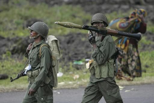 Des soldats surveillent dans un village congolais.... (Photo: AP)
