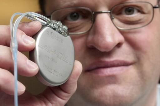 Le docteur Bruce Wilkoffmontre un défibrillateur cardiaque.... (Photo: archives AP)