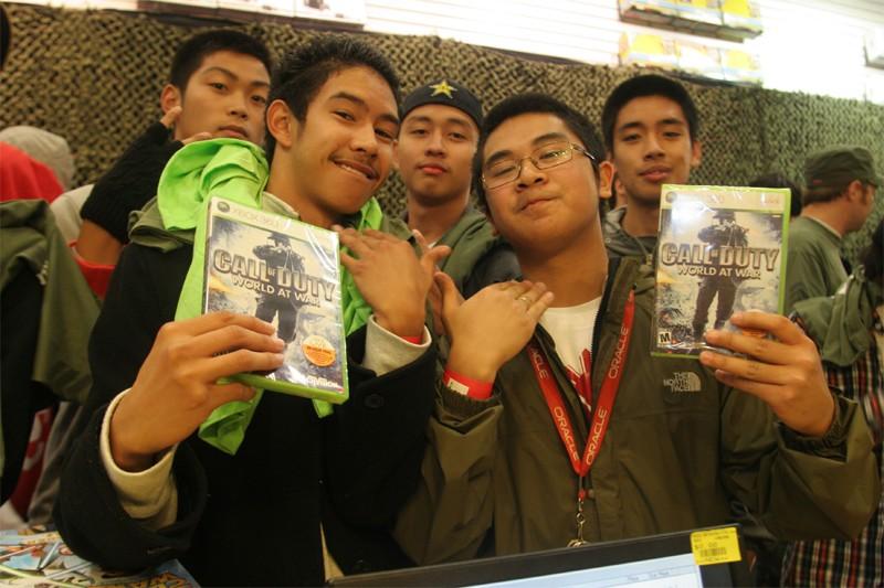 Des jeunes viennent d'acheter «Call Of Duty 5»... (AFP)