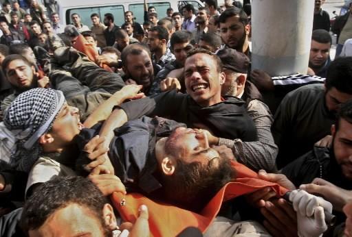 Ces Palestiniens réagissent à la mort de l'un... (Photo: AP)