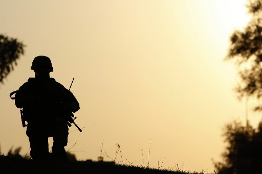 Un soldat irakien, giflé par un soldat américain lors d'une... (Photo: AFP)