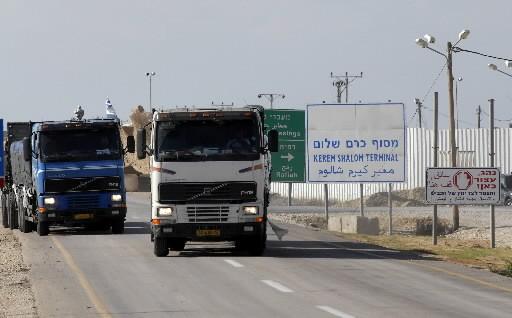Des camions de marchandise reviennent après avoir eu... (Photo: AFP)