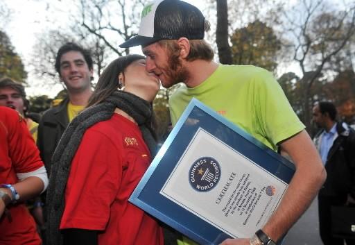 Deux étudiants français s'embrassent à l'occasion de la... (Photo: AFP)