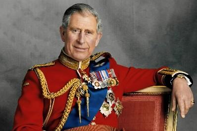 Le prince Charles a posé en habit d'apparat... (Photo Reuters)