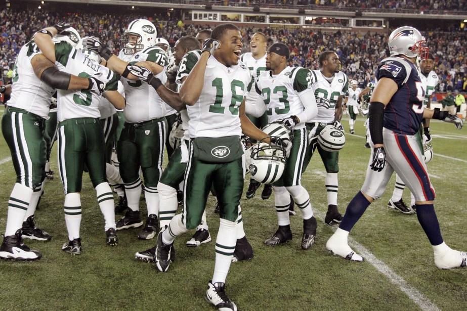 Jay Feely est entouré par ses coéquipiers après... (Photo: AP)