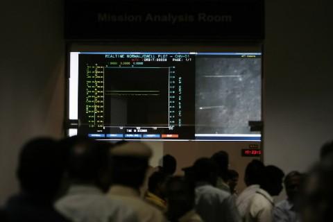 Les scientifiques de l'Organisation indienne de recherche spatiale... (Photo: AFP)