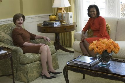 Laura Bush et Michelle Obama... (Photo: Reuters)