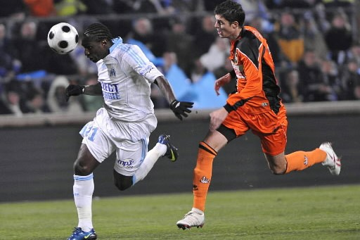 Bemjamin Genton, de Lorient, cours derrière son adversaire... (Photo: AFP)