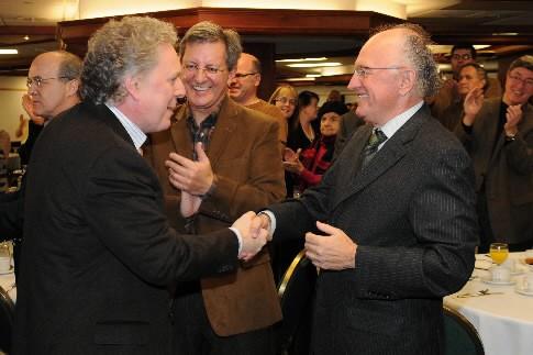 Jean Charest et l'homme d'affaires Ghislain Harvey s'échangent... (Photo: Le Quotidien)