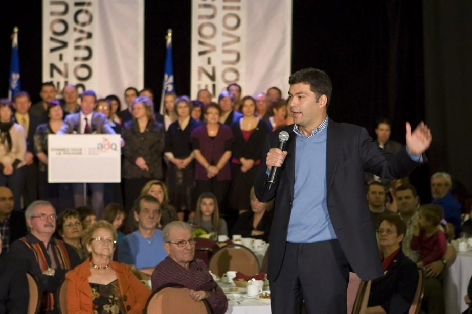 Depuis vendredi, Mario Dumont était au téléphone... (Photo La Presse Canadienne)