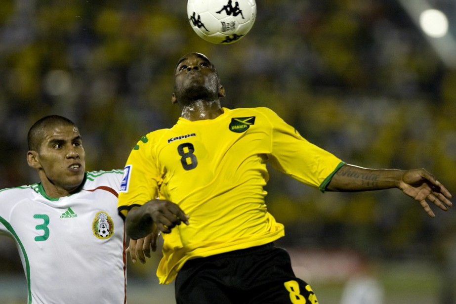 Jamal Campbell à la lutte avec le Mexicain... (Photo: AFP)