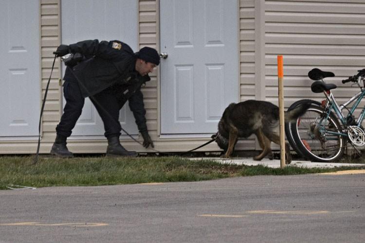 Un maître-chien patrouilleà proximité de la maison de... (Photo: Ivanoh Demers, La Presse)