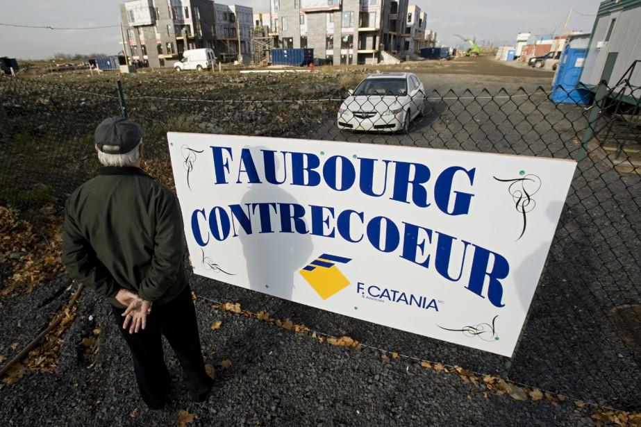 Un voisin vient jeter un coup d'oeil sur... (Photo: David Boily, La Presse)