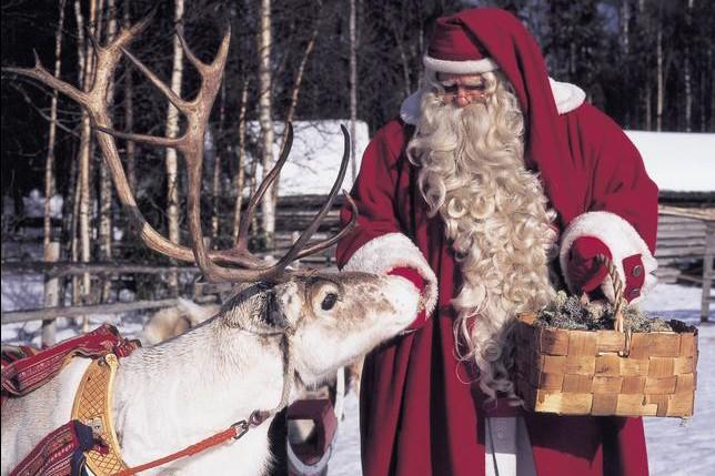 À Rovaniemi, capitale de la Laponie finlandaise, le père Noël (Joulupukki, en...