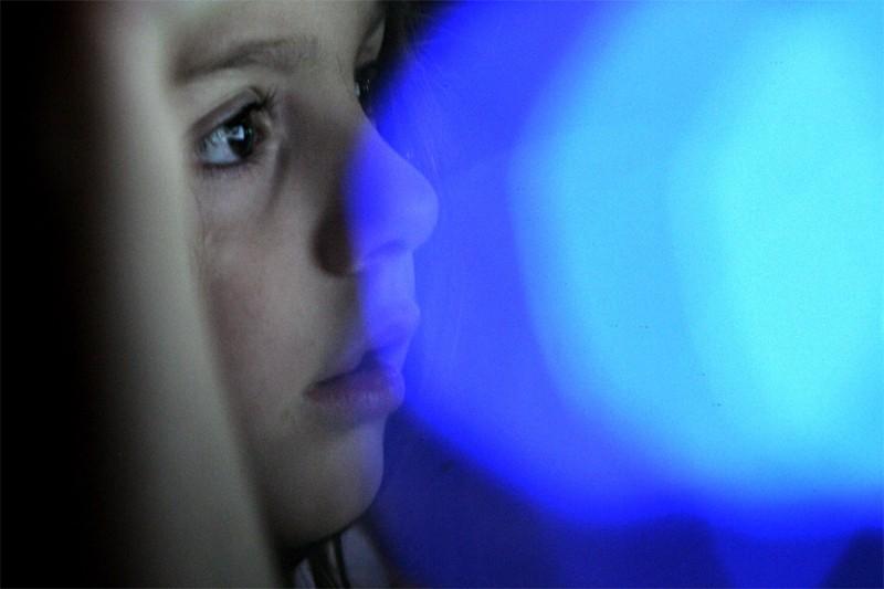 Une petite fille navigue sur internet... (AFP)