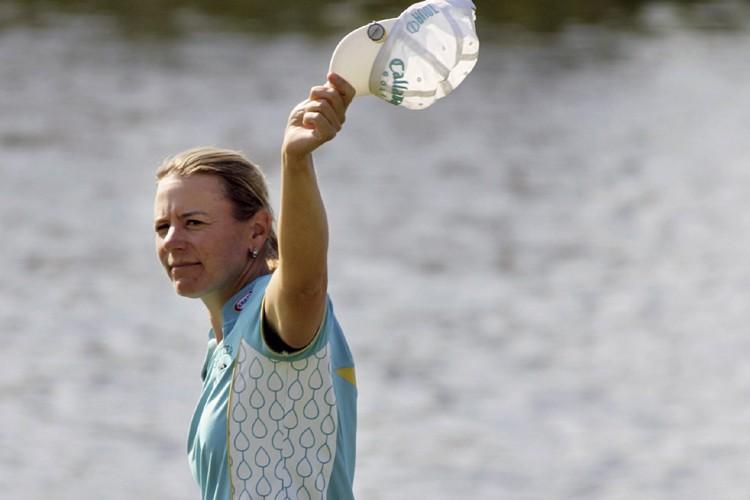 Annika Sorenstam a salué la foule au 18e... (Photo: AP)
