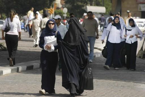 Des femmes marchent dans une rue du Caire,... (Photo: AFP)
