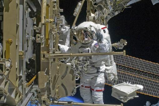 L'astronaute Shane Kimbroughtravaille sur la maintenance de la... (Photo: Reuters)
