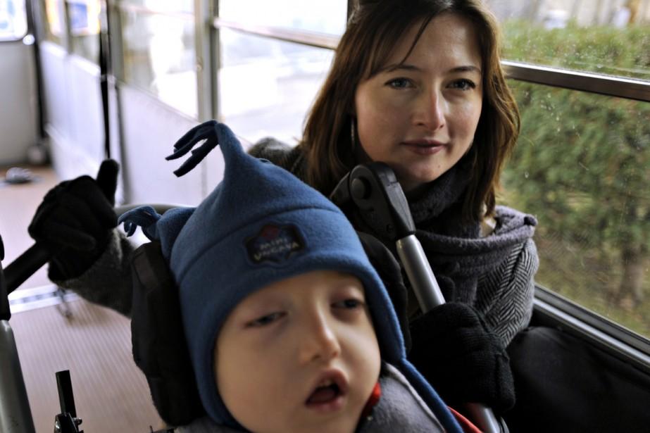 Le petit Maël et sa mère, Marie-Justine Beauséjour.... (Photo: Bernard Brault, La Presse)