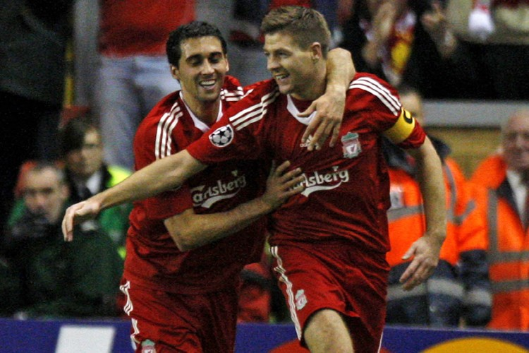 Alvaro Arbeloa et Steven Gerrard... (Photo: AFP)