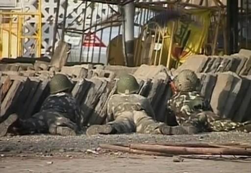 Des soldats prennent position près d'un hôtel de... (Photo: Reuters)