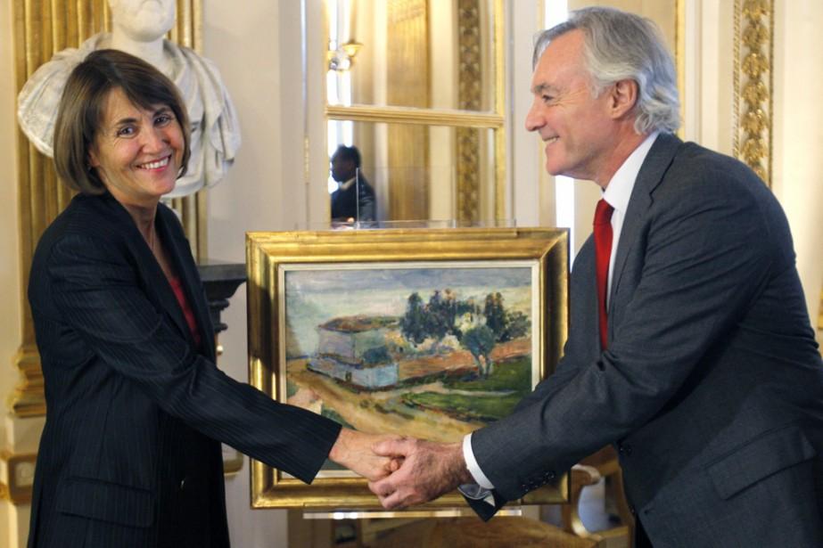 Christine Albanel, ministre française de la Culture, serre... (Photo: AFP)