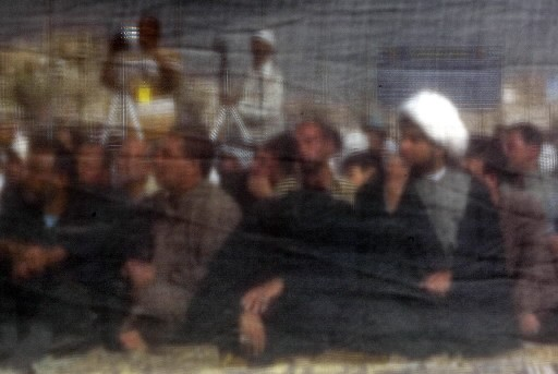 Des hommes prennent part à la prière du... (Photo: AFP)
