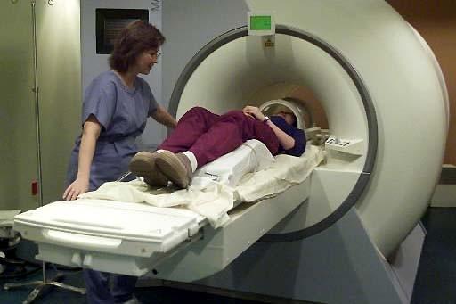 Une technicienne s'entretient avec une patiente qui repose... (Photo: archives PC)